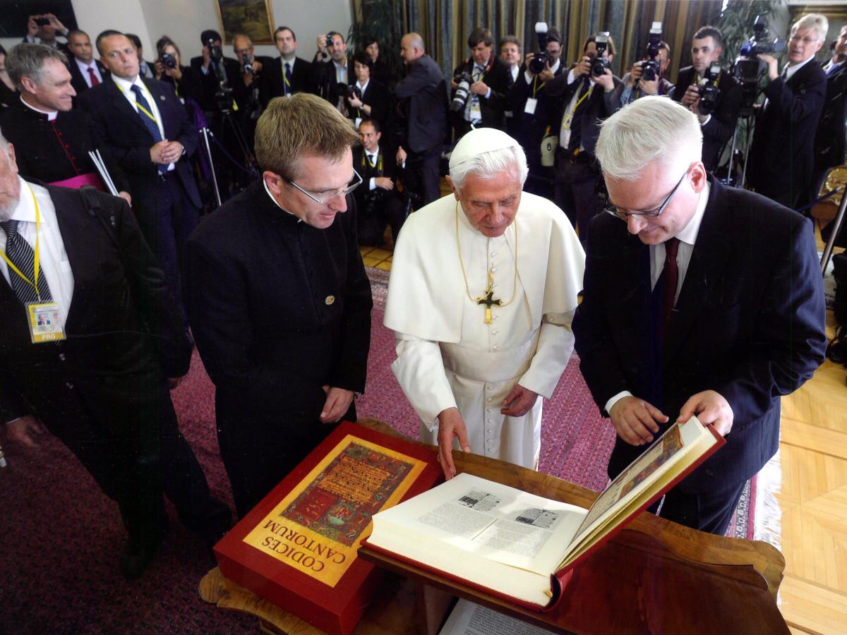 Sua Santità Benedetto XVI fa dono del Codices Cantorum al Presidente della Repubblica di Croazia